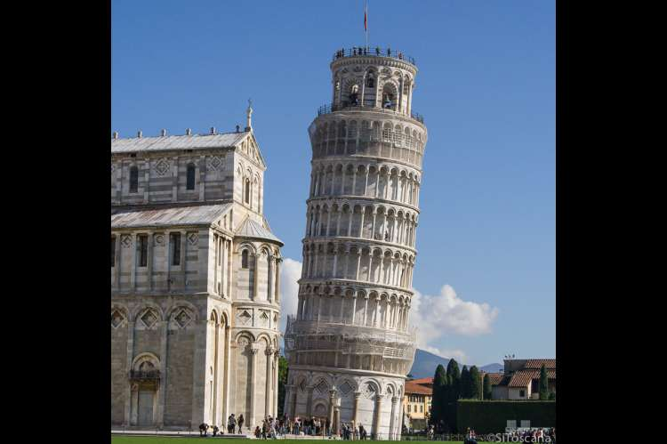 Bildet viser Det skjeve tårn i Pisa og en del av Domen på Mirakelplassen.