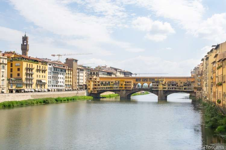 Bildet viser brua Ponte Vecchio som går over elva Arno i Firenze. I Toscana i Italia.