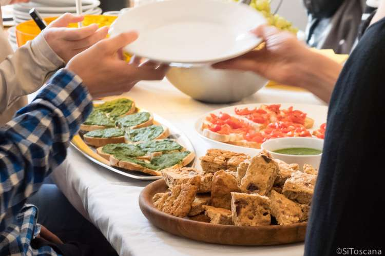 Bildet viser bruschetta og brød servert som forrett. Kokke hjem til din feriebolig i