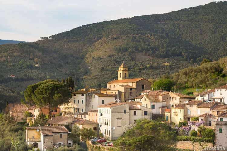 Bildet viser øverste del av  middelalderlandsbyen Montemagno, ved Calci og Pisa. Øverst ligger kirka Santa Maria ad Nives. I bakgrunnen ses en del av Monte Pisano.