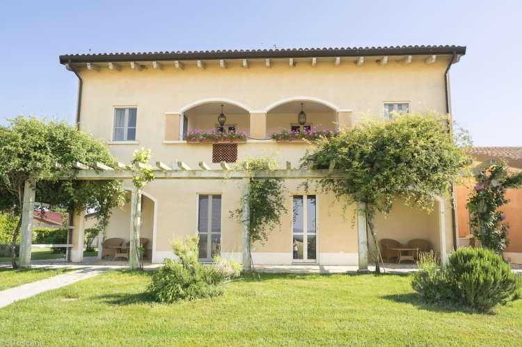 Bildet viser et av husene på olivengården Podere Uliveto sør i Toscana.
