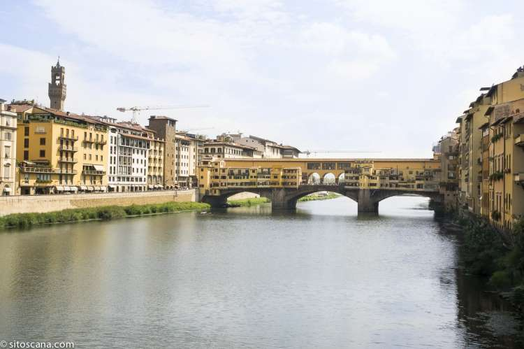 Brua Ponte Vecchio som går over elva Arno. I nærområdet til ferieleiligheten Marco i sentrum av Firenze. Foto.