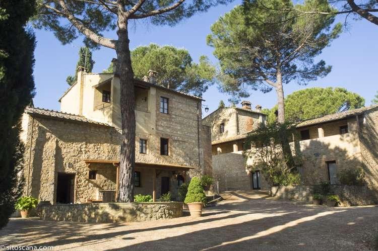 Hovedbygningen med resepsjon på vingården Borgo Taddei i Chianti ved Siena. Foto