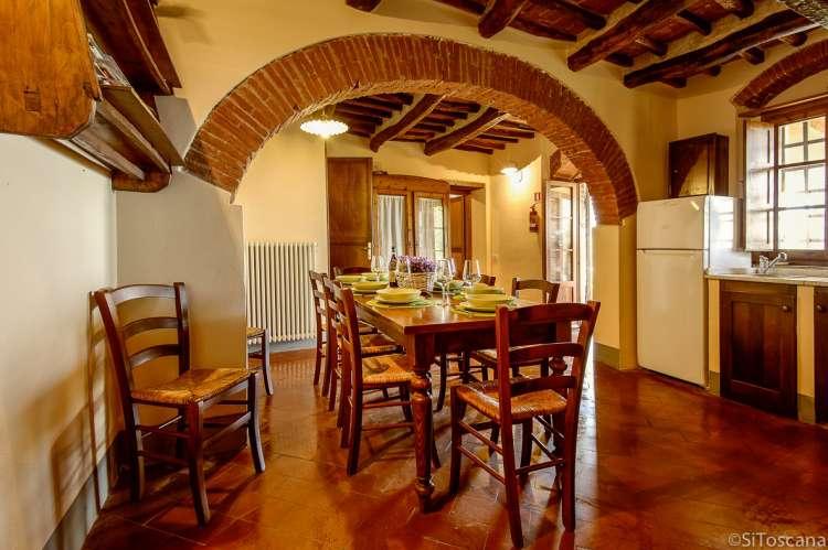 Bildet viser kjøkkenet med spiseplass i Villa Pace.  Utgang til terrasse fra døra til høyre.
