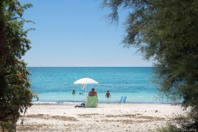 Bildet viser hvit sandstrand i badebyen Vada sør for Pisa.