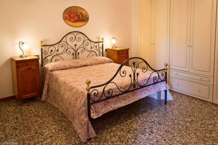 Bildet viser soverom i ferieleilighet i Toscana.