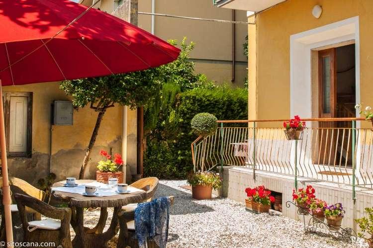Bildet viser uteplass i feriehus ved sjøen i Toscana.