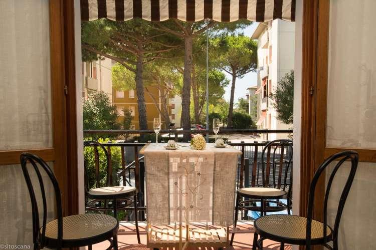 Bildet viser ferieleilighet med balkong i badebyen Castiglioncello.