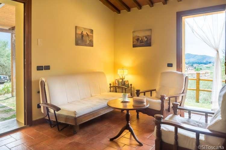 Bildet viser stue i feriehuset Villa Noce med privat basseng ved Pisa.
