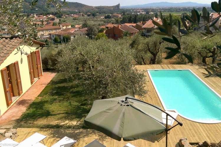 Bildet viser Villa Noce ved Pisa med basseng, parasoll og utsikt.