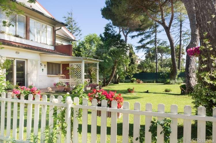 Bildet viser feriehuset Buganvilla med hage og gressplen.