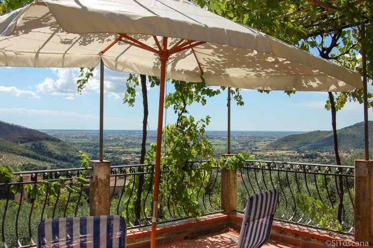 Feriehus i landsby i Toscana med utsikt til Pisa og sjøen. For en familieferie eller vennegruppe. . Foto.