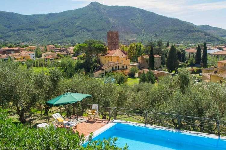 Bildet viser basseng med utsikt mot fjell fra Villa Verde nært Pisa.