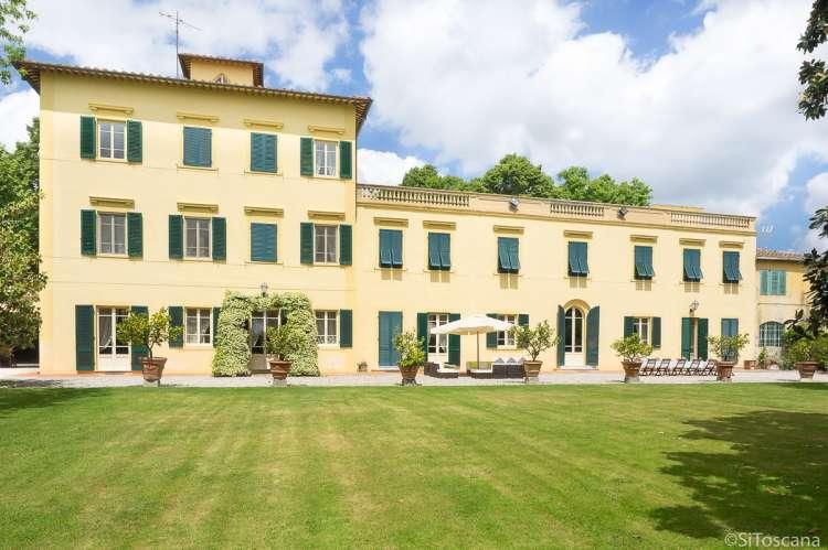 Bildet viser stor villa til utleie ved Pisa i Toscana.