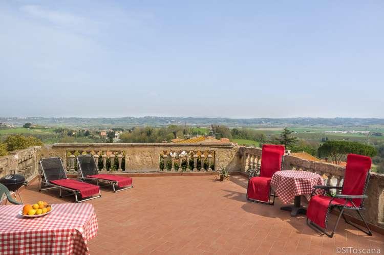 Terrassen i leiligheten Santo Pietro. Utsikt mot Volterra i øst og Pisa i vest. Foto.