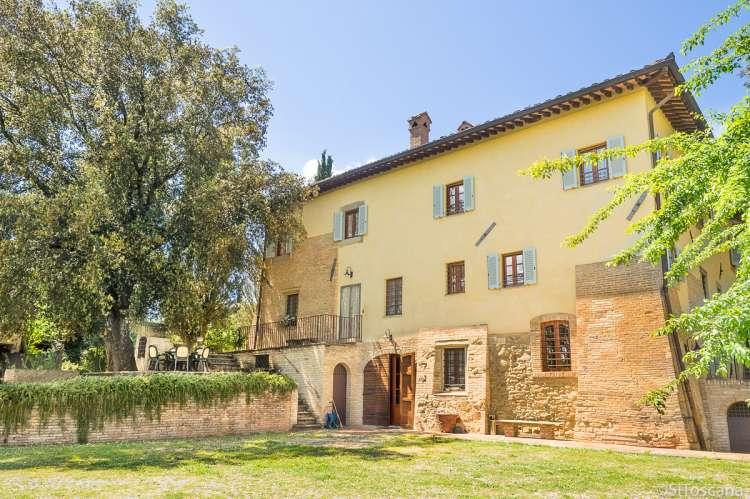 Bildet viser historisk villa til utleie for ferie, midt mellom Pisa og Firenze.