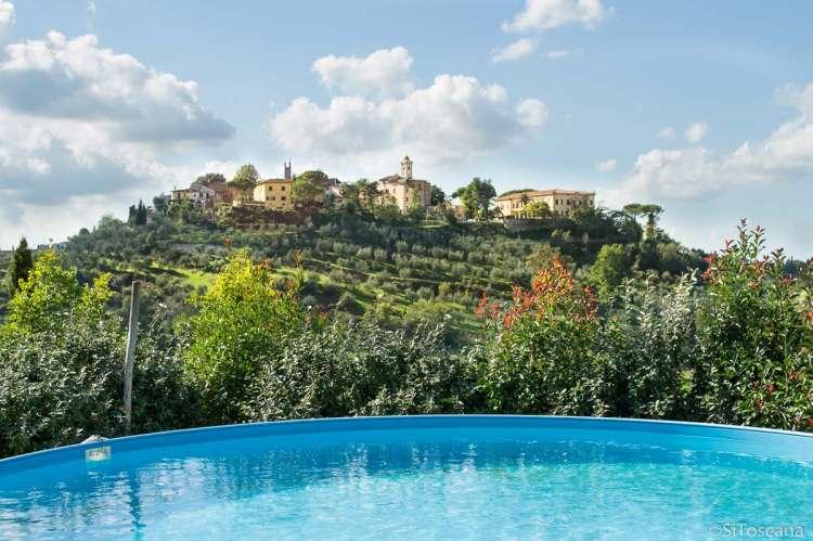 Bildet viser basseng med utsikt til middelalderbyen San Miniato, midt mellom Pisa og Firenze. På Vivaio bor du rolig til. Perfekt for foreldrepermisjon.