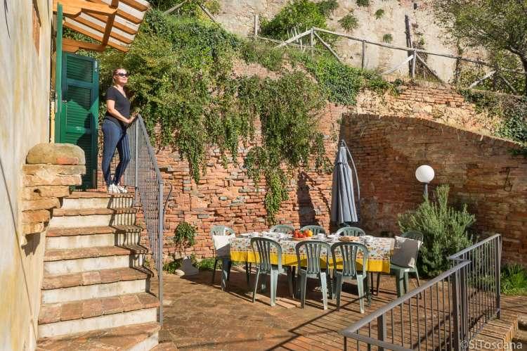 Bildet viser langbord på terrassen til vakkert feriehus med fire soverom på vingården Borgo Etruschi.