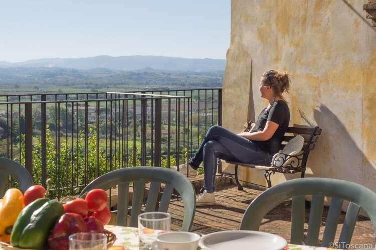 Bildet viser terrasse med utsikt i ferieleiligheten Canonica på vingården Borgo Etruschi sentralt i Toscana.