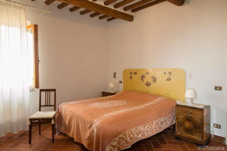 Bildet viser soverom med dobbeltseng i feriehuset Casa Franca ved middelalderlandsby nært Pisa. Fint for storfamilien.