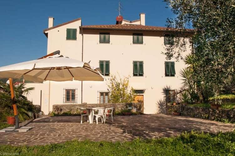 Feriehuset Casa Franca med fire soverom og stor terrasse og hage i landsby ved Pisa i Toscana. Bilde.