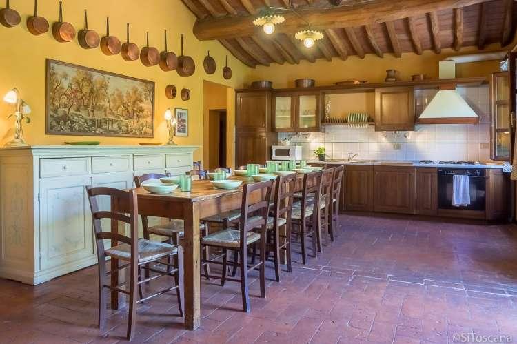 Bildet viser kjøkken med langbord i ferieleiligheten Casa Diana i toskansk landsby.