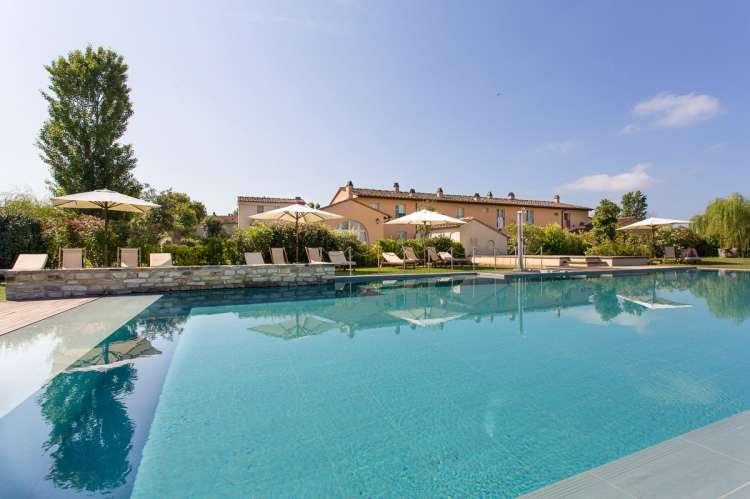 Bildet viser basseng på feriested nord for Pisa i Toscana.