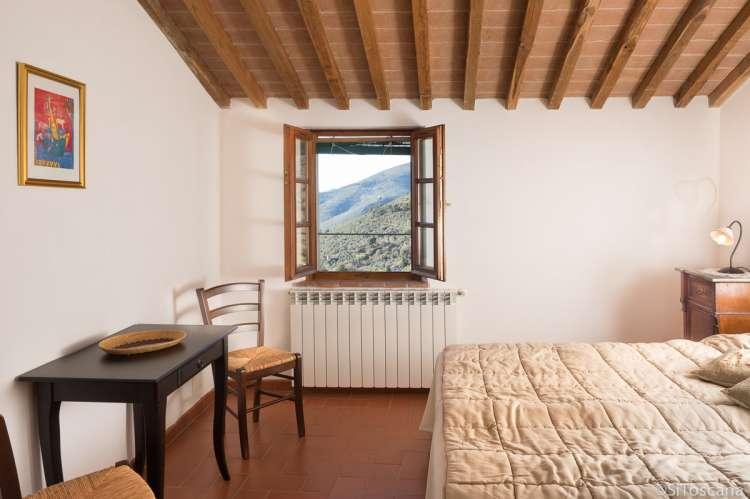 Soverom i øverste etasje i ferieboligen. Flott utsikt fra vinduet mot Pisa og kysten med strender. Dobbeltsengen kan deles. Bilde.