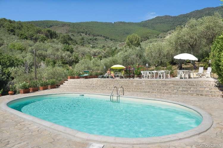 Bildet viser basseng og terrasse utenfor ferieleiligheten Casa Rosa nært Pisa.