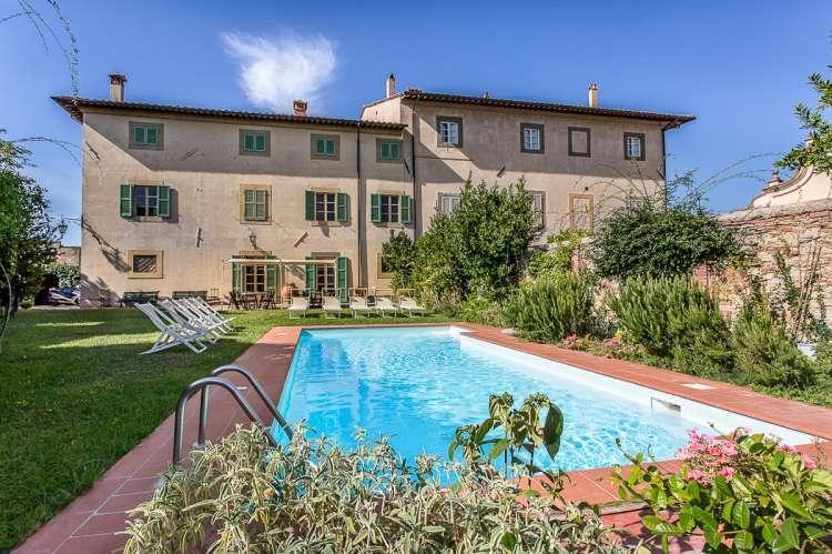 Bildet viser feriehuset Palazzo Pietro med hage og basseng. Huset ligger i Toscana mellom Pisa og Firenze.