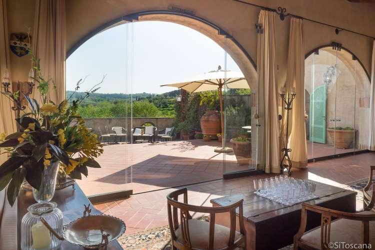 Bildet viser stue med utsikt i feriehus i landsby ved Pisa og Firenze.