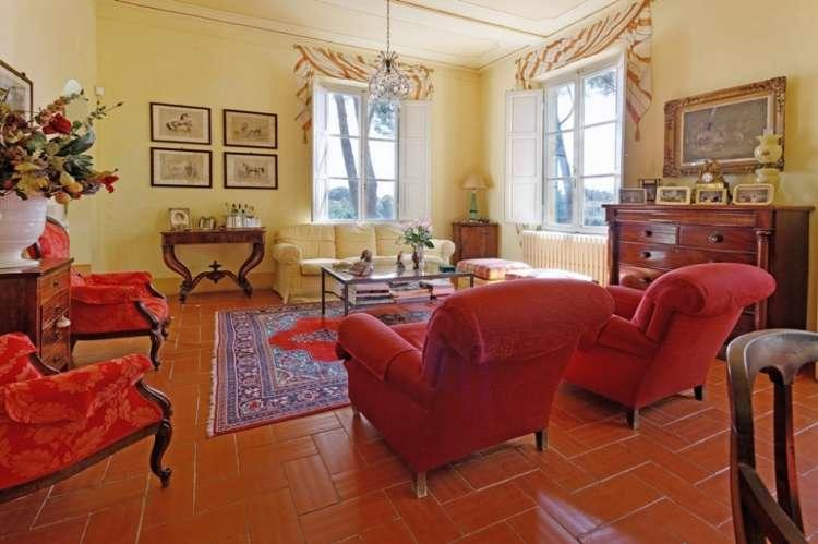 Bildet viser stue i elegant toskansk villa ved Pisa.
