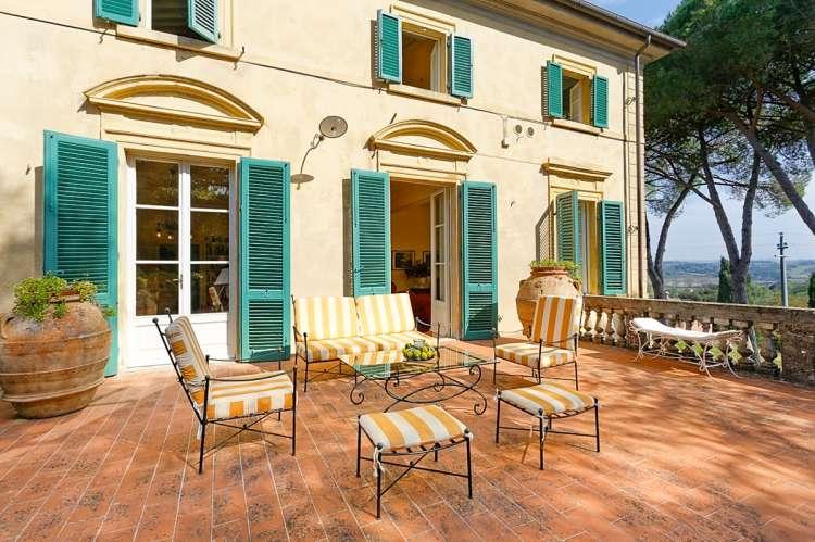 Bildet viser stor villa med panoramautsikt til utleie i Toscana i Italia.