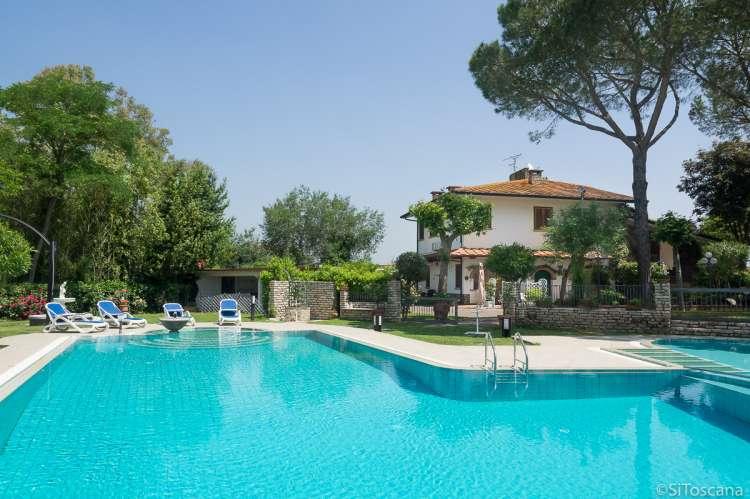 Bildet viser stort basseng utenfor feriehus i Toscana.