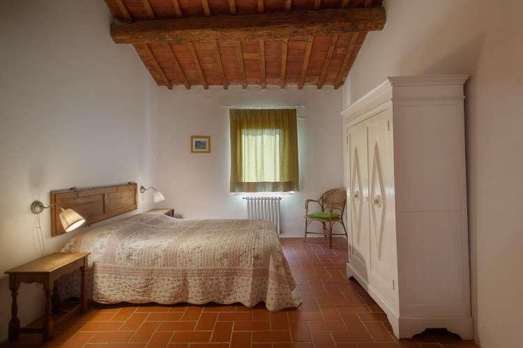 Bildet viser soverom i toskansk steinhus på feriebosted nært Pisa og Firenze.