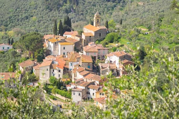 Bildet viser landsbyen Montemagno ved Pisa. Bildet er brukt som illustrasjon for kategorien Bosteder som ligger i by eller i landsby i Toscana, Italia, på websiden sitoscana.no