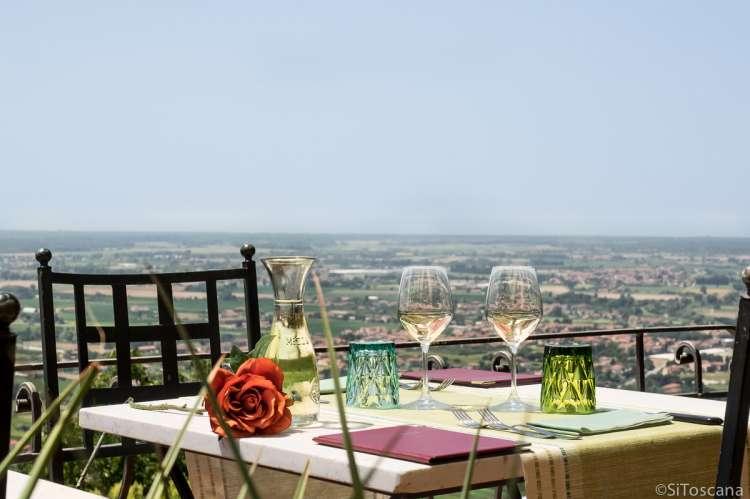 Bildet viser oppdekt bord for to med fantastisk utsikt mot strendene ved Pisa. Bildet er brukt på websiden sitoscana.no som illustrasjon for kategorien: Bo med restaurant på stedet på.