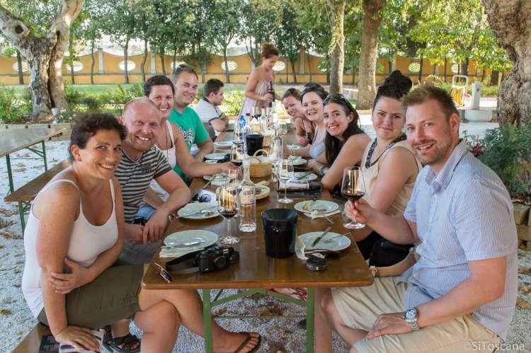 Bildet viser en vennegjeng på vinsmaking. Bildet er brukt som illustrasjon for kategorien Feriehus for grupper på SiToscana.no