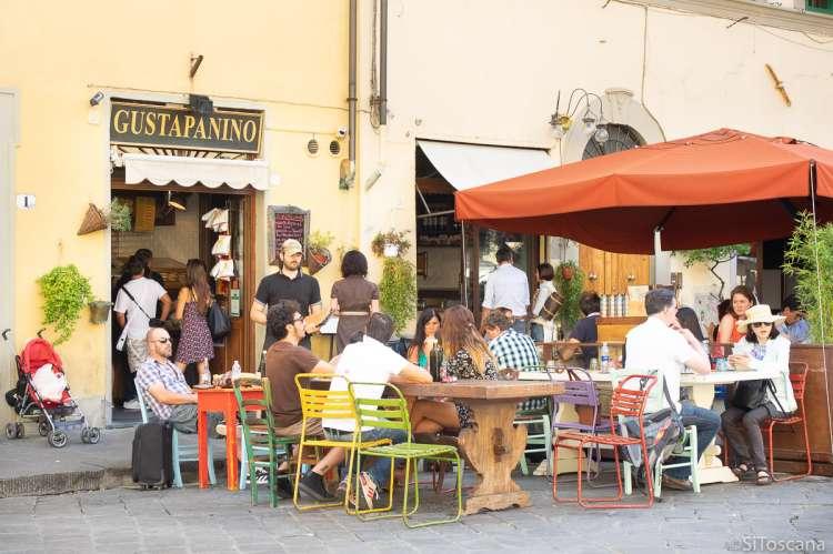 Bildet viser restaurant med uteservering i Firenze.