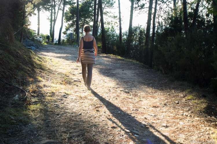 Bildet viser kvinne på tur på en av turveiene ovenfor Montemagno ved Calci og Pisa.