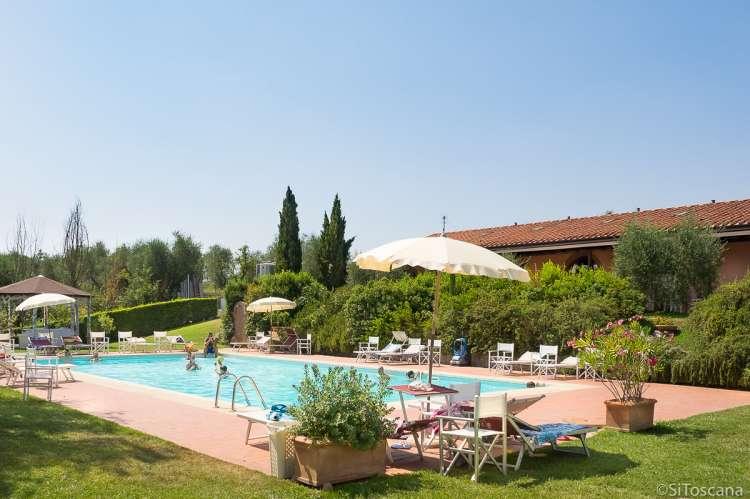 Bildet viser basseng på vingård med utleie av rom midt mellom Pisa og Firenze.