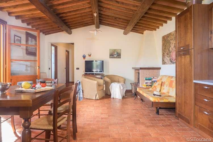 Bildet viser stue med sofa og spisebord i feriehuset Villa Vista ved Pisa i Toscana.