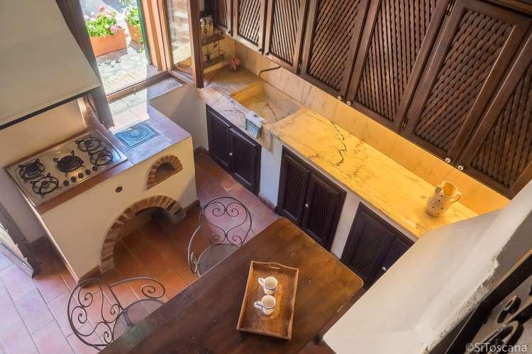 Bildet viser kjøkken i ferieleiligheten Casa Rosa i Toscana.