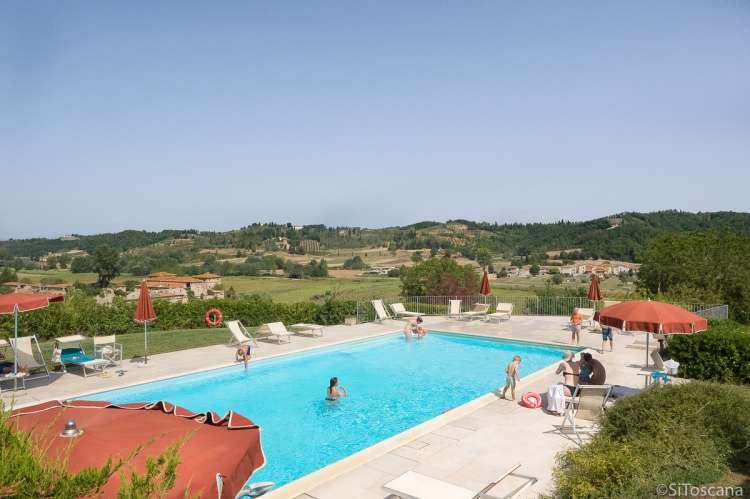 Bildet viser barnevennlig basseng på vingård i Toscana.