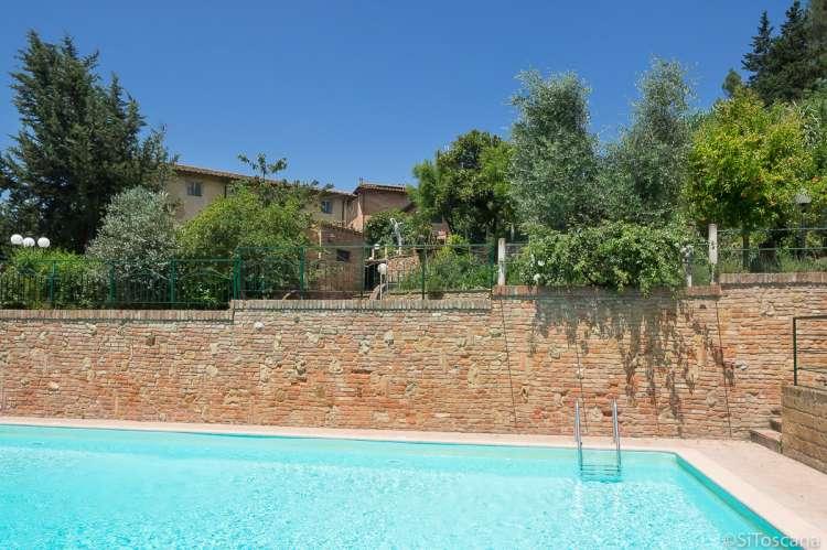 Bildet viser basseng på vingård i Toscana.