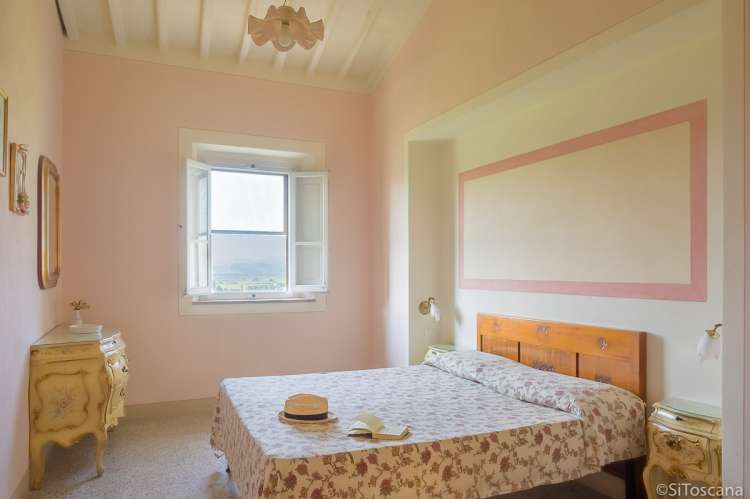 Bildet viser soverom med dobbeltseng i feriebolig i Toscana.