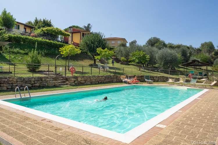 Bildet viser basseng med ferieleiligheter i Toscana.