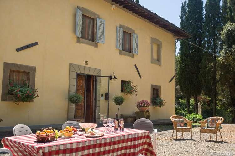Bildet viser stor villa med høy standard til ferieutleie midt mellom Pisa og Toscana.