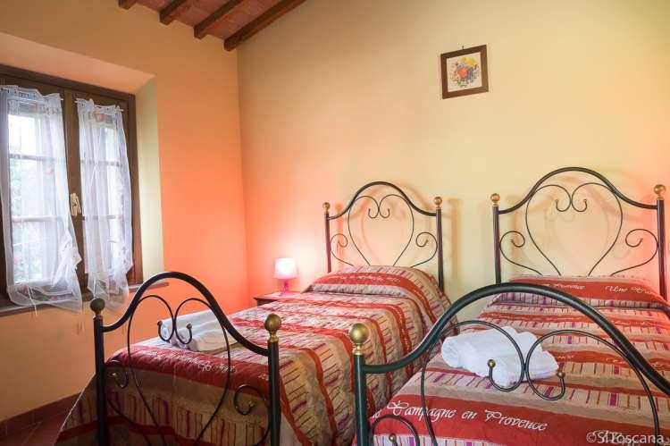 Bildet viser soverom på vingård ved Pisa i Toscana.