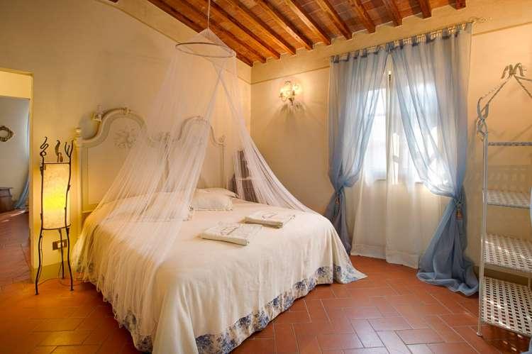 Bildet viser vakkert soverom i feriehus ved landsby i Toscana.